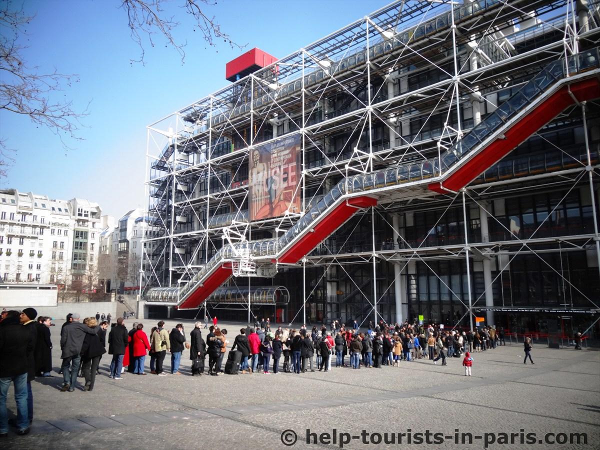 Warteschlange vor dem Centre Pompidou in Paris