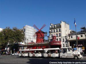 Moulin Rouge mit Touristenzug