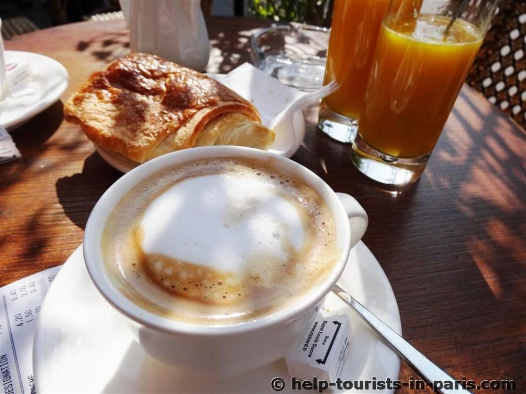 Typisches französisches Frühstück in Paris