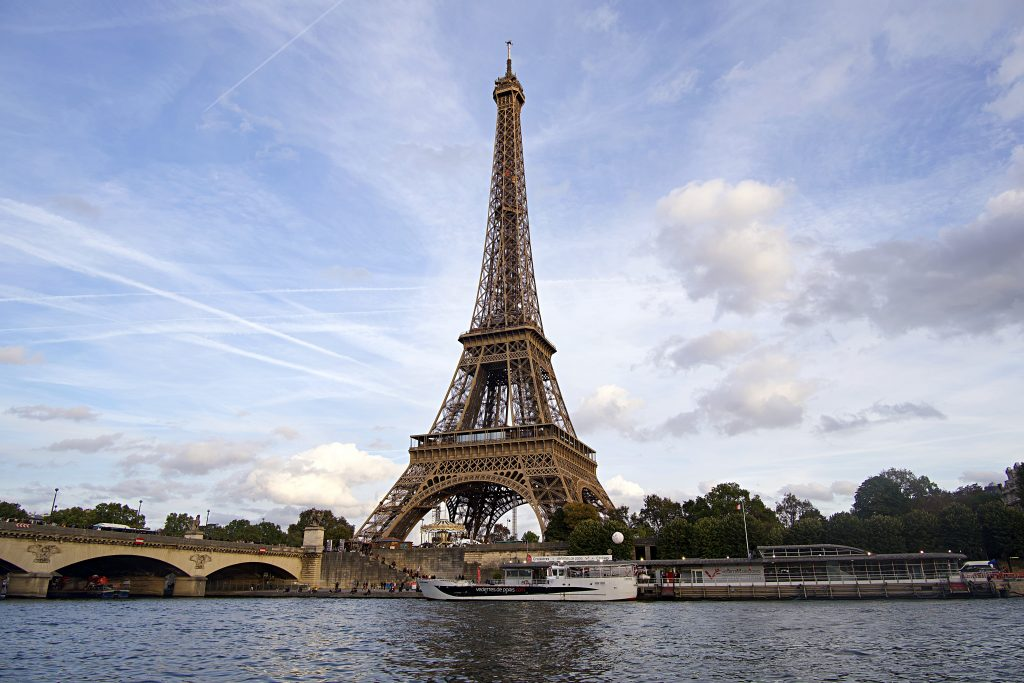 Boot in Paris vor Eiffelturm