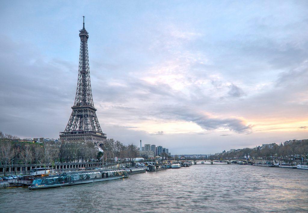 Boot vor dem Eiffelturm Paris