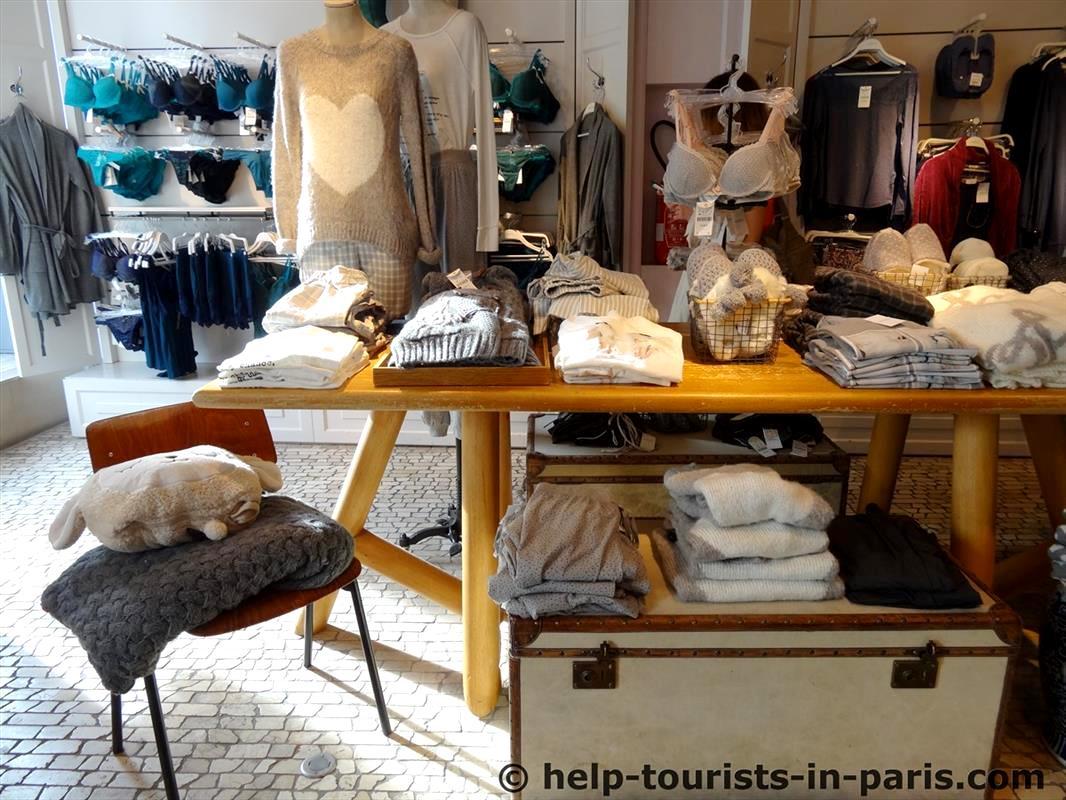Shoppen in der Rue de Rivoli in Paris