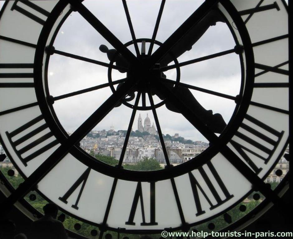 Blick aus dem Musee d'Orsay auf Sacré Coeur in Paris
