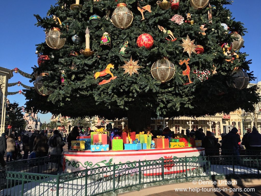 weihnachtsbaum-mit-geschenken-disneyland-paris