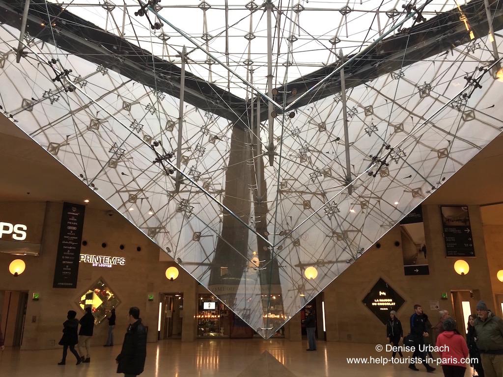 Pyramide falsch herum im Louvre