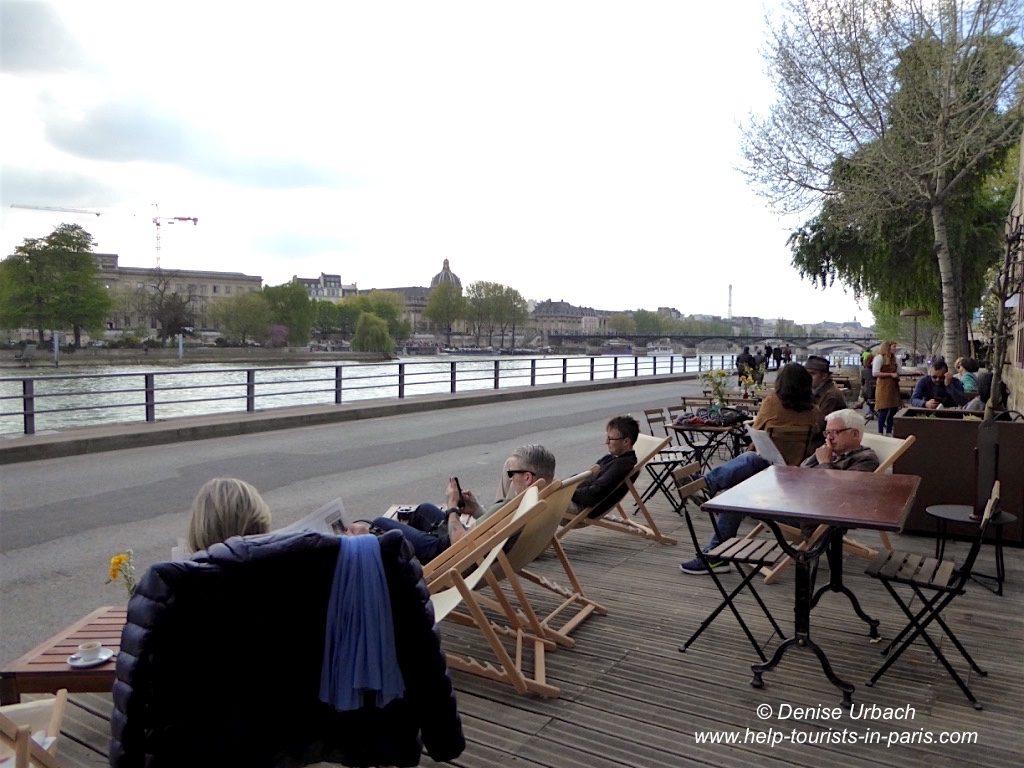 Liegestühle an der Seine in Paris