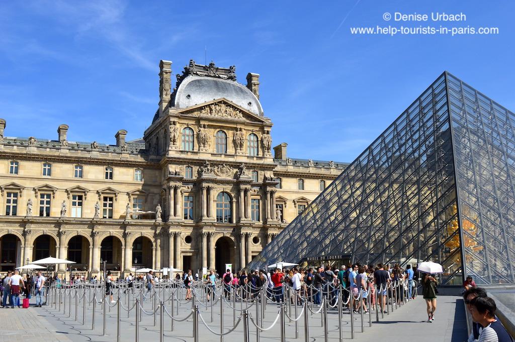 Louvre Museum Pyramide Warteschlange