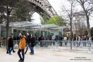 Eiffelturm_Eingang_Warteschlange