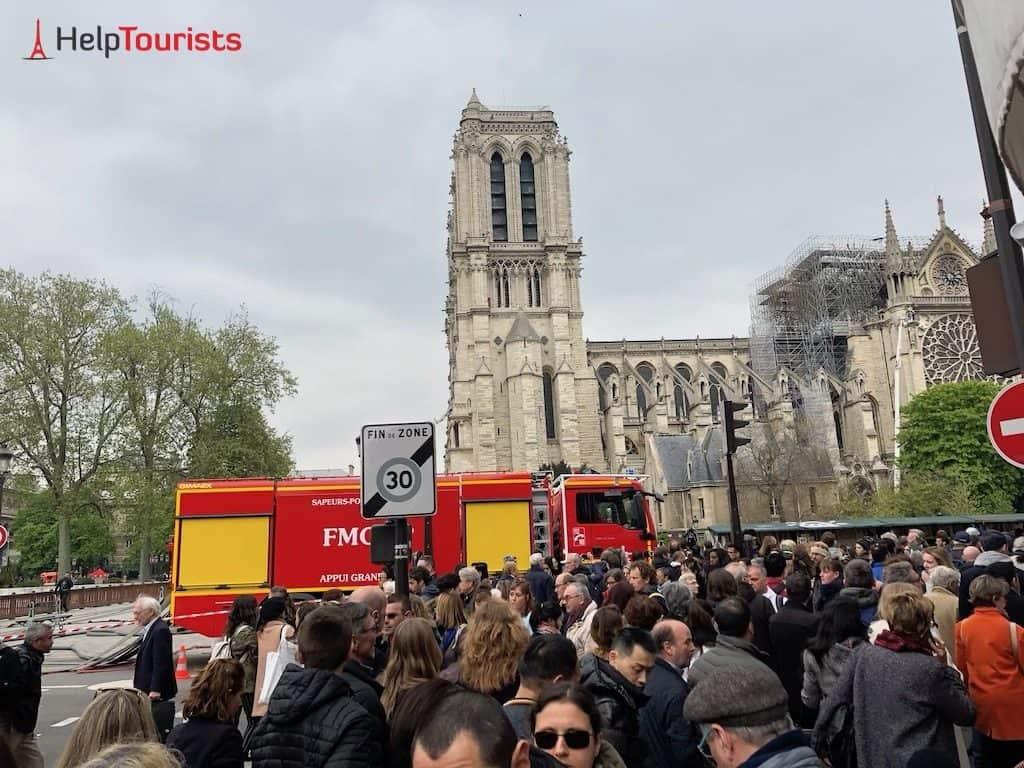 Menschen vor Notre Dame nach Feuer