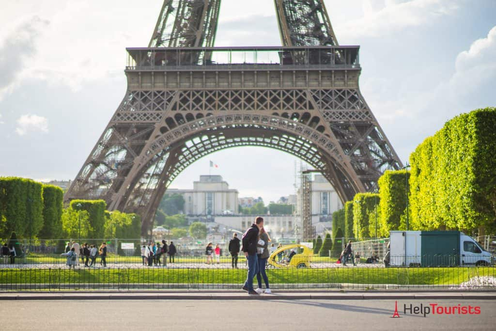 PARIS_Champ-de-Mars_Eiffelturm_Paar_l