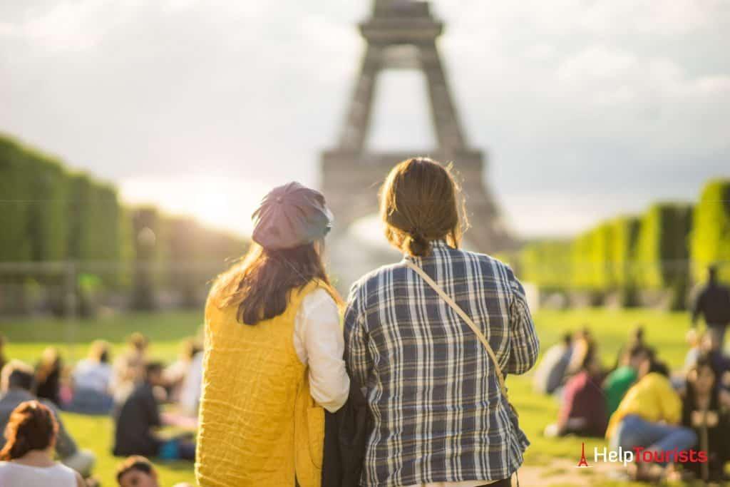 PARIS_Champ-de-Mars_Frauen_Eiffelturm_l