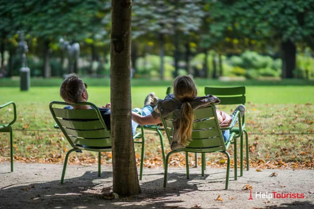 PARIS_Jardin-des-Tuileries_Schatten_Liegestuehle_Paar_l