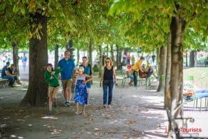PARIS_Jardin-des-Tuileries_Spaziergang_Familie_Kinder_l