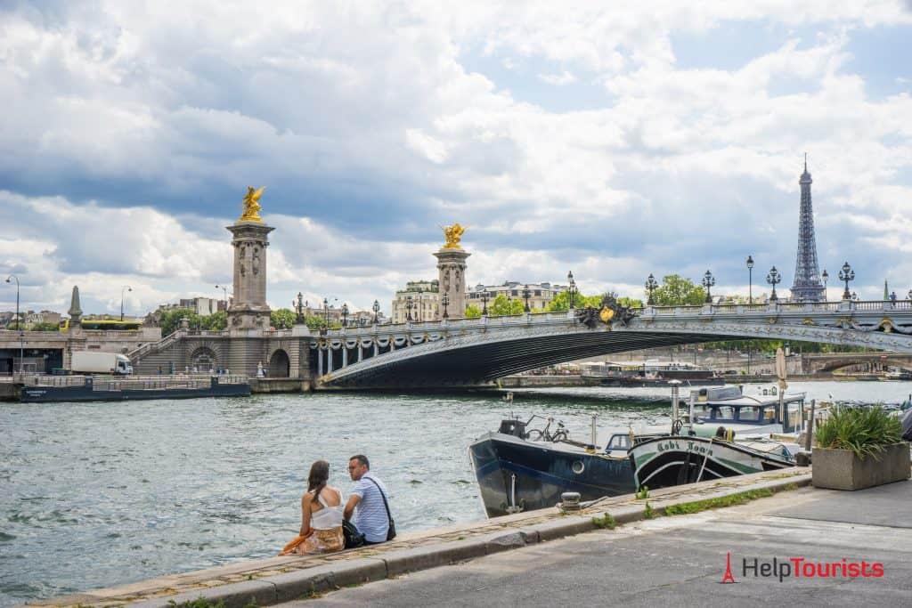 PARIS_Pont-Alexandre-lll_Paar_Seine-Ufer_l