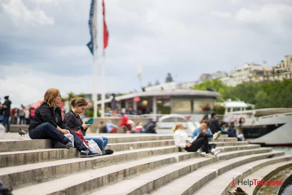 PARIS_Seine_Ufer_Treppen_Sitzen_Pause_Vedettes-de-Paris_l