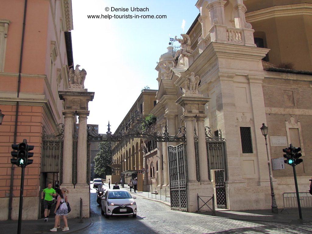 eingangstor-zum-vatikan-in-rom