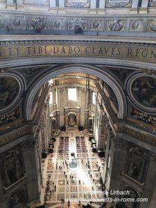 Blick ins Innere des Petersdom Rom