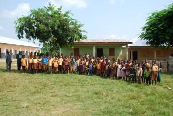 Anomatoa foto afgerond oude en nieuw school met schoolkinderen 2014 (1)