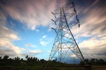 Sähköenergia siirtyy sähkölankoja pitkin kotitalouksiin.