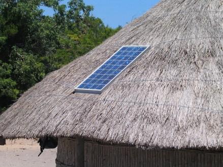 Aurinkopaneeli tuottaa sähköä.