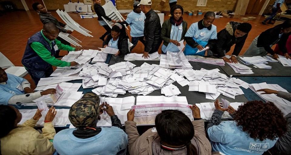 Des agents de l'IEC lors du dépouillement des bulletins de vote des élections générales du 8 mai 2019 © nytimes.com