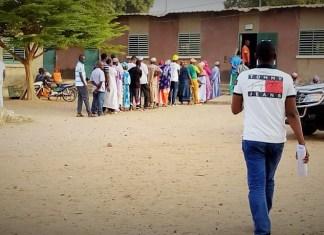 Des électeurs au poste du Centre Gadapara lors du scrutin présidentiel de 2019 © Ibrahima Ba / HA
