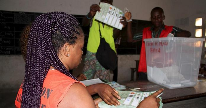 Les membres du bureau de vote lors des élections locales et municipales au Togo © africanews