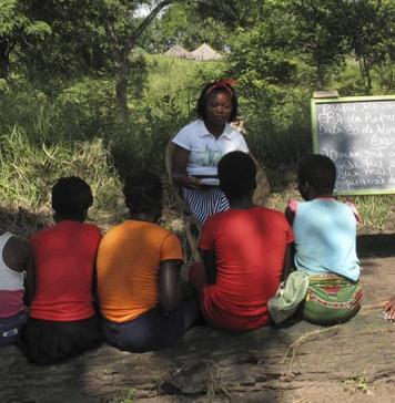 Des filles mozambicaines prennent part à une leçon dans le cadre d'un programme visant à aider les filles à rester à l'école plus longtemps et à rester en dehors du mariage des enfants dans le parc national de Gorongosa, au Mozambique, le 20 avril 2018. © 2019 AP Photo / Christopher Torchia