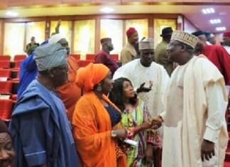 L'arrivée du président du Sénat nigérian lors de l'étude de la motion sur l'enseignement informatique © Nassnig/ HA
