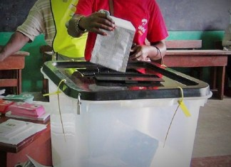 Vote d'un électeur gabonais lors des législatives dernières à Libreville © Aficapostnews/ HA