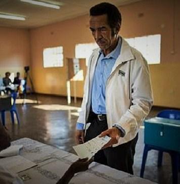 Un électeur au poste de vote lors du scrutin présidentiel qui a conduit à la réélection du Président Mokgweetsi Masisi © L'Express / HA