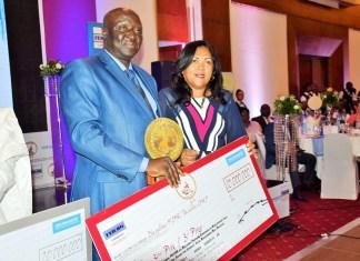 Le maire de Dschang, Beaudelaire Donfack, reçoit le 3ème Prix national FEICOM. © Hindrich A / HA