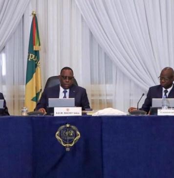 Le président Macky Sall entouré de quelques ministres lors du conseil des ministres dans la salle Bruno Diatta © Présidence.