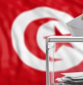 Un électeur glissant son bulletin dans l'urne lors des dernières élections présidentielles en Tunisie © Mosaïque FM