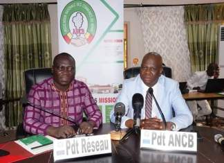 Le président de l'ANCB, Luc Atrokpo et le président du réseau des parlementaires pour la décentralisation, Gildas Agonkan lors de l'ouverture des travaux © HA