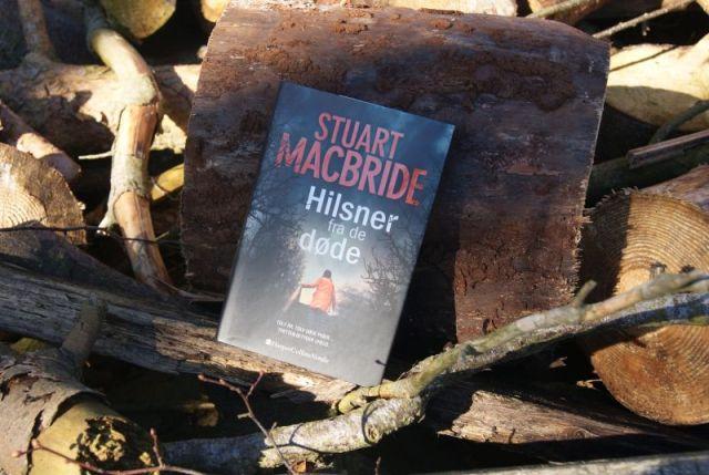 """Ash Henderson #1 - """"Hilsner fra de døde"""" af Stuart MacBride - boganmeldelse - Bogfinkens bogblog"""