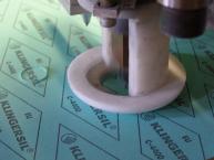 Flachdichtung aus KlingerSil C4400 (Dichungsmaterial) schneiden mit einem Plotter. Bild: Plotterkopf, Firma Hendricks