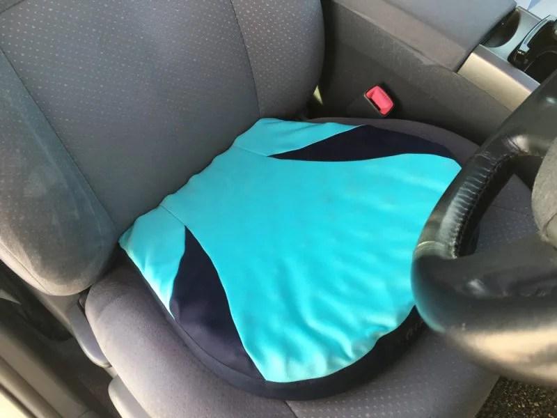 西川エアー ポータブルクッションSを車のシートにのせたところ