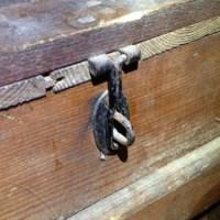 I ett gammalt kassaskåp av trä...