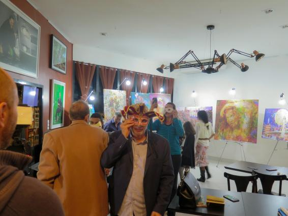 Henrique Vieira Filho coordena dinâmica de imaginação com o uso de máscaras teatrais.