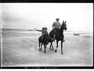 Deauville, promenade à cheval sur la plage, photographie de presse, Agence Rol, 1912. Photographie négative sur verre, 13x18 cm.