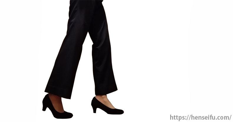 パンツスーツの女性