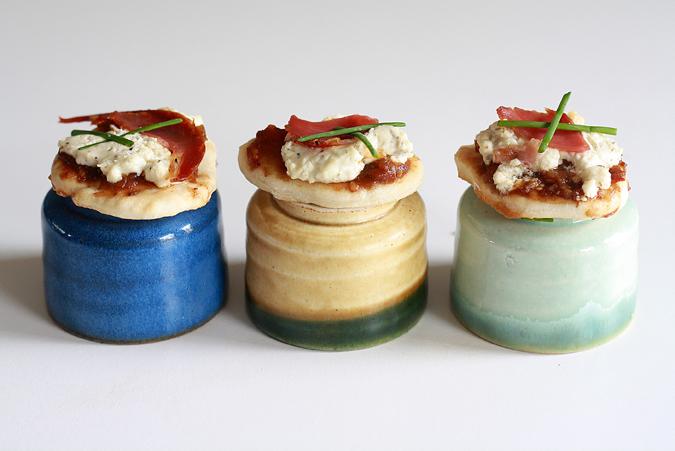 Mini pizzas with thyme and garlic cream cheese | heoyeahyum.com