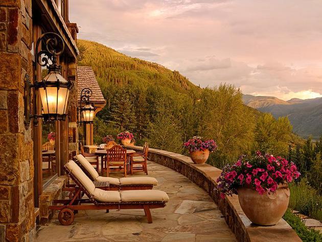 Şatonun lüks locasında, kahvenizi yudumlarken, şehrin nefes kesen manzarasını ve sıra dağları eyredebilirsiniz.