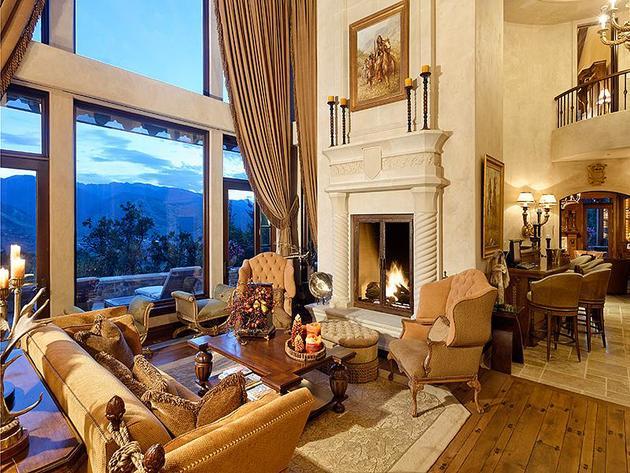 Oturma odası.Açık ve davetkar. Oturma odasında şöminenin yanı başında, ve dağ manzaralı pencereleri. Sessizliğinizi  dinleyebileceğiniz huzurlu bir ortam.