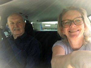 Sylvia auf dem Fahrersitz Siggi auf dem Beifahrersitz
