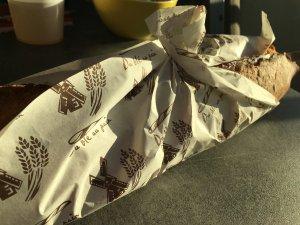 Baguette in kunstvoller Verpackung