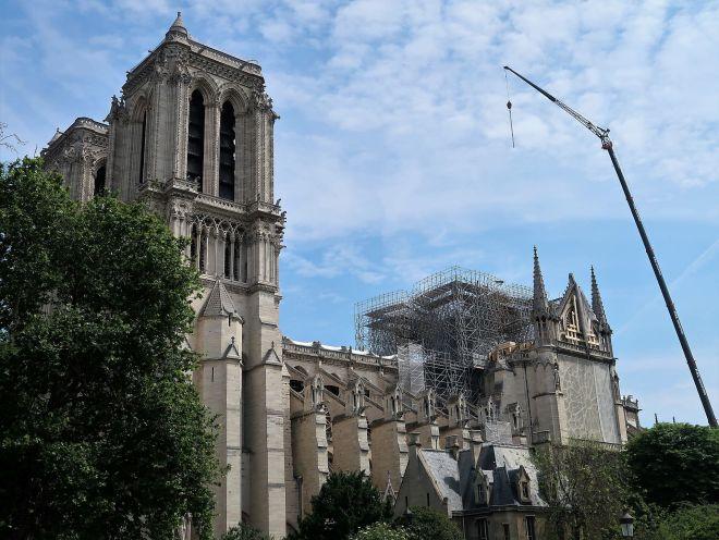 Notre Dame mit geschmolzenem Gerüst