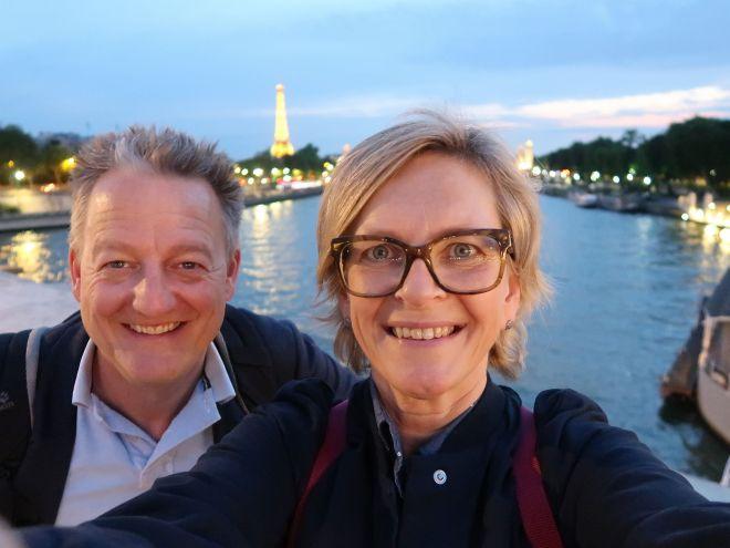 Wir auf einer Brücke über die Seine