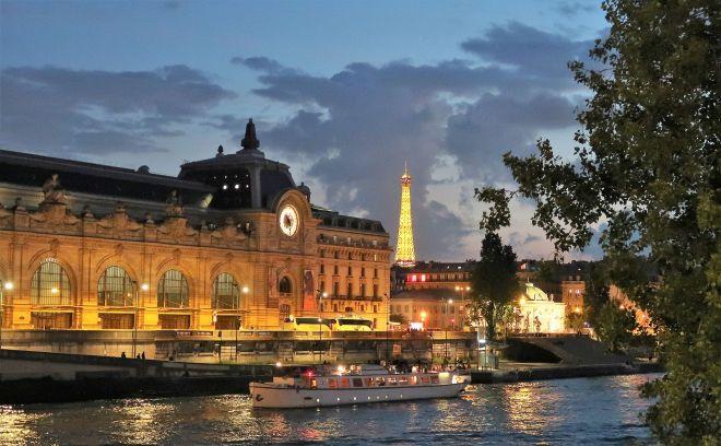 Museum Orsay und Eiffelturm im Dunkeln